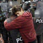 E se la polizia toglie gli elmetti e marcia con i manifestanti?