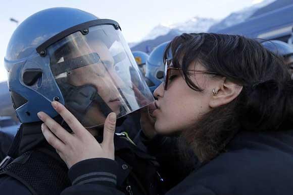 notav-bacio-poliziotto