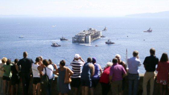 Concordia-relitto-turisti